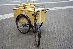 Εκλεκτής ποιότητας πωλητής παγωτού με το ποδήλατο Στοκ Εικόνες