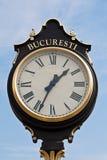 Εκλεκτής ποιότητας ρολόι ενάντια στο μπλε ουρανό στοκ εικόνες