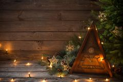 Εκλεκτής ποιότητας ρολόι με το χριστουγεννιάτικο δέντρο στο ξύλινο υπόβαθρο Στοκ εικόνα με δικαίωμα ελεύθερης χρήσης