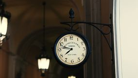 Εκλεκτής ποιότητας ρολόι στον τοίχο απόθεμα βίντεο