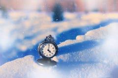 Εκλεκτής ποιότητας ρολόι τσεπών στο χιόνι Στοκ Φωτογραφίες