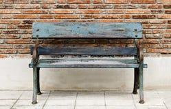 Εκλεκτής ποιότητας σίδηρος καρεκλών και ξύλινο χρώμα κυανοί με το παραδοσιακό brickw Στοκ Εικόνες
