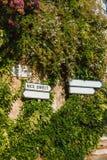 Εκλεκτής ποιότητας σημάδια στο υπόστεγο δ ` Azur, Γαλλία με το φύλλωμα στοκ εικόνες