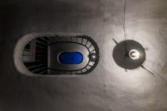 Εκλεκτής ποιότητας σκάλα σε πολυκατοικία και δύο λαμπτήρες Κατώτατη όψη στοκ φωτογραφία