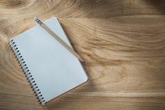 Εκλεκτής ποιότητας σπειροειδές μολύβι σημειωματάριων στην ξύλινη τοπ άποψη πινάκων Στοκ Εικόνα