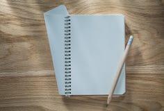 Εκλεκτής ποιότητας σπειροειδές μολύβι σημειωματάριων στον ξύλινο πίνακα Στοκ φωτογραφία με δικαίωμα ελεύθερης χρήσης