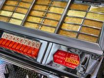 Εκλεκτής ποιότητας στενή επάνω άποψη αποδεκτών και πληκτρολογίων νομισμάτων Wurlitzer jukebox στοκ εικόνα με δικαίωμα ελεύθερης χρήσης