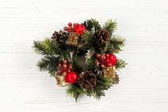 Εκλεκτής ποιότητας στεφάνι Χριστουγέννων στο μοντέρνο αγροτικό άσπρο ξύλινο backgrou Στοκ Εικόνες
