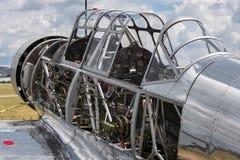 Εκλεκτής ποιότητας στρατιωτικό αεροπλάνο κάτω από την αποκατάσταση Στοκ φωτογραφία με δικαίωμα ελεύθερης χρήσης