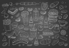Εκλεκτής ποιότητας συρμένα χέρι στοιχεία γρήγορου φαγητού στον πίνακα κιμωλίας ελεύθερη απεικόνιση δικαιώματος