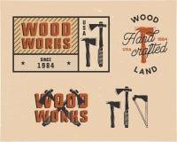 Εκλεκτής ποιότητας συρμένα χέρι woodworks λογότυπα και εμβλήματα ετικεττών καθορισμένα Ετικέτα υπηρεσιών ξυλουργικής, μπάλωμα Δια Στοκ Εικόνα