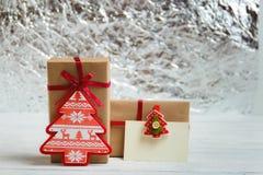 Εκλεκτής ποιότητας συσκευασία κιβωτίων δώρων με την κενή ετικέττα δώρων στο άσπρο ξύλινο υπόβαθρο Στοκ φωτογραφία με δικαίωμα ελεύθερης χρήσης