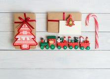 Εκλεκτής ποιότητας συσκευασία κιβωτίων δώρων με την κενή ετικέττα δώρων στο άσπρο ξύλινο υπόβαθρο Στοκ Φωτογραφίες