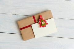 Εκλεκτής ποιότητας συσκευασία κιβωτίων δώρων με την κενή ετικέττα δώρων στο άσπρο ξύλινο υπόβαθρο Στοκ Εικόνες