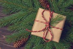 Εκλεκτής ποιότητας σύνθεση Χριστουγέννων από ένα δώρο στο έγγραφο του Κραφτ και το twi Στοκ φωτογραφία με δικαίωμα ελεύθερης χρήσης