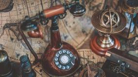 Εκλεκτής ποιότητας τηλέφωνο στον παγκόσμιο χάρτη στοκ εικόνα