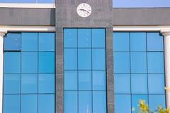 Εκλεκτής ποιότητας τοίχος προσόψεων οικοδόμησης κλασικά ευρωπαϊκά αρχιτ&epsilo στοκ εικόνες με δικαίωμα ελεύθερης χρήσης