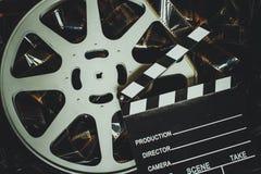 Εκλεκτής ποιότητας υπόβαθρο κινηματογράφων, εξέλικτρο filmstrip και clapper πίνακας Στοκ φωτογραφίες με δικαίωμα ελεύθερης χρήσης