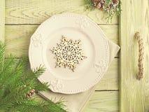 Εκλεκτής ποιότητας υπόβαθρο Χριστουγέννων Ξύλινος δίσκος με την τραχιά λαβή σχοινιών Στοκ φωτογραφία με δικαίωμα ελεύθερης χρήσης