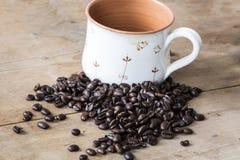 Εκλεκτής ποιότητας φασόλια καφέ και φλυτζάνι Στοκ φωτογραφία με δικαίωμα ελεύθερης χρήσης