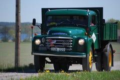 Εκλεκτής ποιότητας φορτηγό της VOLVO σε έναν τομέα στοκ φωτογραφία με δικαίωμα ελεύθερης χρήσης
