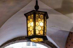 Εκλεκτής ποιότητας φωτεινός λαμπτήρας κάτω από το ανώτατο όριο με το κίτρινο φως στοκ εικόνα με δικαίωμα ελεύθερης χρήσης