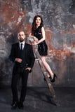 Εκλεκτής ποιότητας φωτογραφία μόδας shabby τοίχος Όμορφη παραμονή επιχειρηματιών πλησίον στοκ φωτογραφία