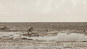 Εκλεκτής ποιότητας φωτογραφία ύφους των νέων surfers στοκ φωτογραφίες με δικαίωμα ελεύθερης χρήσης