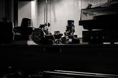 εκλεκτής ποιότητας φωτογραφικός εξοπλισμός πρίν πυροβολεί, διόρθωση τόνου στοκ εικόνα με δικαίωμα ελεύθερης χρήσης