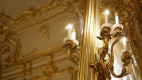 Εκλεκτής ποιότητας χρυσός λαμπτήρας στην ένωση τοίχων απόθεμα βίντεο