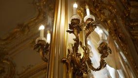 Εκλεκτής ποιότητας χρυσός λαμπτήρας στην ένωση τοίχων φιλμ μικρού μήκους