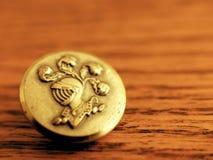 Εκλεκτής ποιότητας χρυσό κουμπί ιπποτών στο ξύλινο υπόβαθρο σιταριού Στοκ φωτογραφία με δικαίωμα ελεύθερης χρήσης