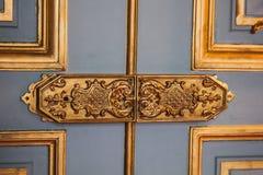 Εκλεκτής ποιότητας χρωματισμένα αρθρώσεις σχέδια πορτών που καλύπτονται με τη χρυσή κινηματογράφηση σε πρώτο πλάνο φύλλων συναρμο στοκ εικόνα με δικαίωμα ελεύθερης χρήσης