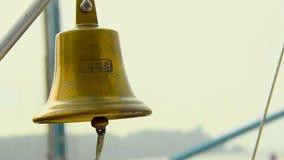 Εκλεκτής ποιότητας όμορφο κουδούνι σκαφών με το σχοινί, βάρκα gong, ναυτικό ντεκόρ απόθεμα βίντεο