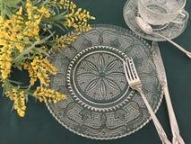 Εκλεκτής ποιότητας Dinnerware με τα κίτρινα λουλούδια στοκ φωτογραφία με δικαίωμα ελεύθερης χρήσης