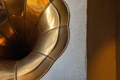 Εκλεκτής ποιότητας gramophone κέρατων στο χρυσό στοκ φωτογραφίες