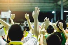 Εκλεκτική εστίαση στα ασιατικά χέρια αγοριών επάνω ή τα αυξημένα χέρια στοκ φωτογραφία με δικαίωμα ελεύθερης χρήσης