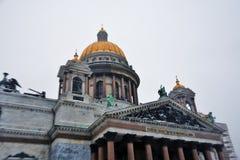 Εκλεκτική φωτογραφία εστίασης του καθεδρικού ναού Αγίου Isaacs σε Άγιο Πετρούπολη, Ρωσία στοκ φωτογραφίες