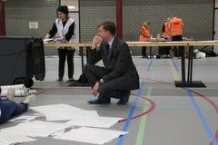Εκλογές Κάτω Χώρες 2018 των συμβουλίων πόλεων: ο δήμαρχος Kats checkinballots μετριέται και ταξινομείται μεγάλο σε sportfacilitiy στοκ φωτογραφία