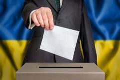 Εκλογή στην Ουκρανία - που ψηφίζει στο κάλπη στοκ φωτογραφίες