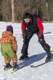 Εκμάθηση να κάνει σκι Στοκ εικόνα με δικαίωμα ελεύθερης χρήσης