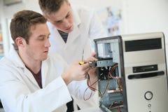 Εκμάθηση σπουδαστών καυτή για να επισκευάσει τον υπολογιστή στοκ φωτογραφίες