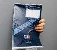 Εκμετάλλευση ατόμων ενάντια στον γκρίζο φάκελο υποβάθρου που περιέχει Taxe δ ` χ Στοκ εικόνα με δικαίωμα ελεύθερης χρήσης