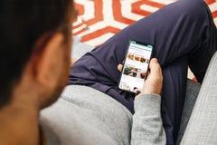 Εκμετάλλευση ατόμων που χρησιμοποιεί το Tripadvisor app στο νέο iPhone Χ της Apple Στοκ Εικόνες