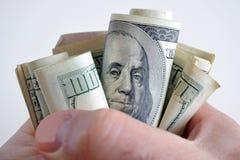 Εκμετάλλευση ατόμων σταθερά πολλές εκατό από τις σημειώσεις νομίσματος αμερικανικών δολαρίων στοκ εικόνες