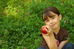 εκμετάλλευση κοριτσιών μήλων Στοκ φωτογραφία με δικαίωμα ελεύθερης χρήσης