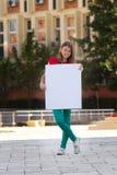 εκμετάλλευση κοριτσιών χαρτονιού που χαμογελά τις λευκές νεολαίες Στοκ Εικόνες