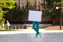 εκμετάλλευση κοριτσιών χαρτονιού που χαμογελά τις λευκές νεολαίες Στοκ εικόνα με δικαίωμα ελεύθερης χρήσης