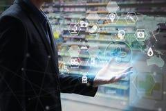 Εκμετάλλευση χεριών επιχειρηματιών με την εικονική οθόνη ιατρική και την υγεία Στοκ φωτογραφίες με δικαίωμα ελεύθερης χρήσης