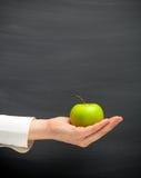 εκμετάλλευση χεριών μήλ&ome Στοκ Εικόνες
